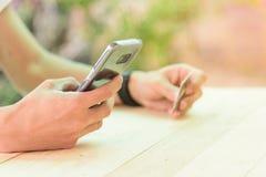 Carta di credito di uso per la compera online dallo smartphone fotografie stock libere da diritti
