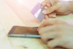 Carta di credito di uso per la compera online dallo smartphone fotografia stock libera da diritti