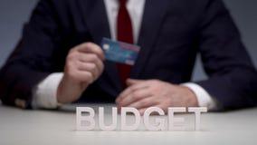 Carta di debito per il salvataggio del vostro bilancio personale Bilancio di pianificazione sulla carta di credito stock footage