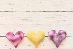 Carta di giorno di biglietti di S. Valentino con i cuori su fondo bianco rustico Immagini Stock Libere da Diritti