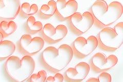 Carta di giorno di biglietti di S. Valentino, cuore fatto del nastro su fondo bianco Immagini Stock Libere da Diritti