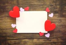 Carta di giorno di biglietti di S. Valentino su amore rosso del cuore dell'invito di nozze di legno della carta fotografie stock libere da diritti