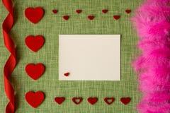 Carta di giorno del ` s del biglietto di S. Valentino sul fondo del tessuto Immagine Stock