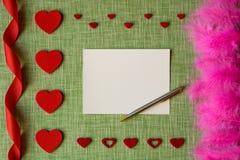 Carta di giorno del ` s del biglietto di S. Valentino sul fondo del tessuto Fotografia Stock