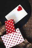 Carta di giorno di biglietti di S. Valentino con i contenitori di regalo ed i cuori, automobile bianca in bianco Immagine Stock
