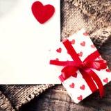 Carta di giorno di biglietti di S. Valentino con i contenitori di regalo ed i cuori, automobile bianca in bianco Immagini Stock