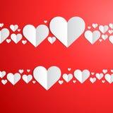 Carta di giorno di biglietti di S. Valentino con i cuori di carta tagliati royalty illustrazione gratis
