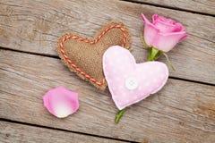 Carta di giorno di biglietti di S. Valentino con la rosa di rosa ed il cuore handmaded del giocattolo Fotografia Stock