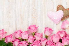 Carta di giorno di biglietti di S. Valentino con le rose rosa ed i cuori handmaded del giocattolo Fotografie Stock Libere da Diritti