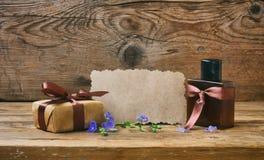 Carta di giorno di padri, contenitore di regalo con la bottiglia di profumo immagini stock libere da diritti