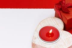 Carta di giorno di S. Valentino con il contenitore e la candela di regalo Fotografia Stock Libera da Diritti
