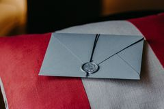 Carta di Grey Invitation per nozze o l'occasione speciale sul cuscino rosso e bianco Decorazione di cerimonia nuziale Vista orizz immagini stock libere da diritti