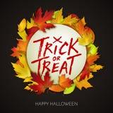 Carta di Halloween, testo scritto a mano di scherzetto o dolcetto sull'insegna bianca con le foglie di autunno Immagini Stock Libere da Diritti