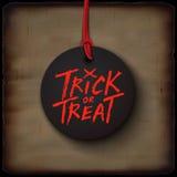 Carta di Halloween, testo scritto a mano di scherzetto o dolcetto sull'insegna nera Fotografia Stock