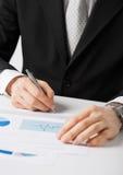 Carta di lavoro e di firma dell'uomo d'affari Fotografia Stock Libera da Diritti