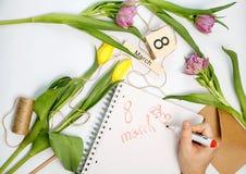 Carta di marzo - rose della pesca sopra il calendario con la data incorniciata dell'8 marzo Fotografia Stock Libera da Diritti