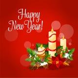 Carta di natale e del nuovo anno con la candela, agrifoglio, pino royalty illustrazione gratis