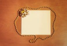 Carta di nota con l'arco dorato Fotografie Stock Libere da Diritti