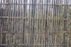 Carta di parete fare dal recinto di bambù immagine stock