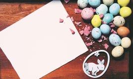 Carta di pasqua con lo spazio della copia per il vostro testo Una carta in bianco, uova e un coniglietto immagini stock libere da diritti