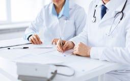 Carta di prescrizione di scrittura dell'infermiere e di medico immagini stock libere da diritti