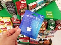 Carta di regalo di Apple in una mano immagine stock