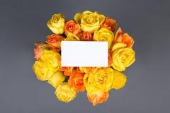Carta di regalo in bianco e bello mazzo delle rose sopra grey Fotografia Stock