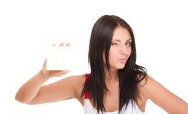 Carta di regalo. Donna emozionante che mostra il segno in bianco vuoto della carta di carta Immagine Stock