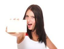 Carta di regalo. Donna emozionante che mostra il segno in bianco vuoto della carta di carta Immagini Stock Libere da Diritti