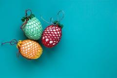 Carta di regalo di Pasqua delle uova pasquali dei colori differenti con spazio vuoto su fondo blu Tradizione cristiana di concett immagine stock libera da diritti