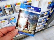 Carta di regalo di un video gioco in una mano immagine stock
