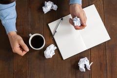 Carta di sgualcitura dell'uomo mentre avendo tazza di caffè Fotografia Stock Libera da Diritti