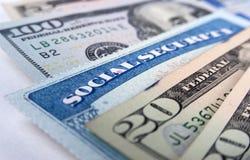 Carta di sicurezza sociale e banconote in dollari americane Fotografia Stock Libera da Diritti