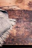 Carta di stile di concetto di inverno - sciarpa tricottata della lana sopra backg di legno Fotografie Stock