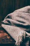 Carta di stile di concetto di inverno - sciarpa tricottata della lana sopra backg di legno Fotografia Stock Libera da Diritti