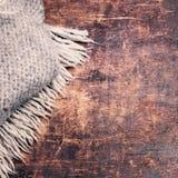Carta di stile di concetto di inverno - sciarpa tricottata della lana sopra backg di legno Immagine Stock