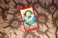Carta di tarocchi otto delle bacchette Piattaforma dei tarocchi del drago Priorità bassa esoterica Fotografia Stock