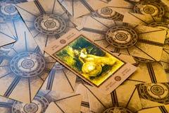 Carta di tarocchi Qeen dei pentacoli Piattaforma dei tarocchi di Labirinth Priorità bassa esoterica Immagine Stock