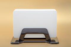 Carta di visita del modello di affari del modello in titolare della carta su fondo arancio Fotografie Stock