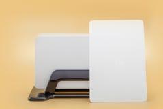 Carta di visita del modello di affari del modello in titolare della carta su fondo arancio Immagine Stock