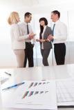 Carta do gráfico de negócio em uma tabela Imagens de Stock Royalty Free