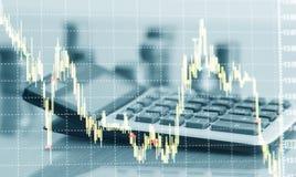 Carta do gráfico e fileiras financeiras das moedas com calculadora fotografia de stock