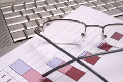 Carta do investimento com vidros e computador Foto de Stock
