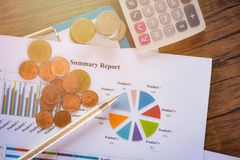 Carta do relatório comercial que prepara o relatório sumário do conceito da moeda da calculadora dos gráficos na carta de torta d fotografia de stock