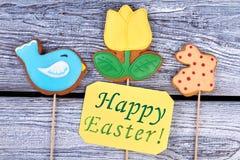 Carta e biscotti di pasqua felici Fotografia Stock