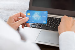 Carta e computer portatile di Hands Using Credit della donna di affari fotografia stock libera da diritti
