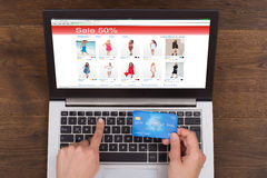 Carta e computer portatile di Person Shopping Online With Credit Fotografia Stock