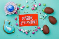 Carta e dolci di caccia dell'uovo di Pasqua Immagine Stock