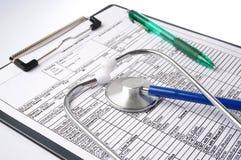 Carta e estetoscópio médicos imagens de stock royalty free