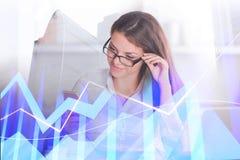 Carta e mulher de negócios financeiras Fotografia de Stock